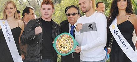 "Kermit ""The Killer"" Cintron(r) with WBC president Jose Suliman to promote Saturday's title fight. Photo: Pepe Rodriguez/Alma Montiel"